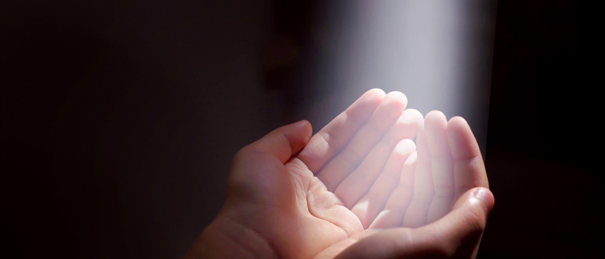 Hände fangen Lichtstrahl auf