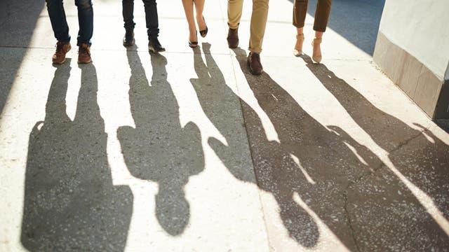 Gehende Menschen mit Schatten