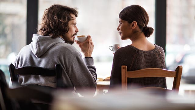 Mann und Frau sprechen bei einem Kaffee miteinander