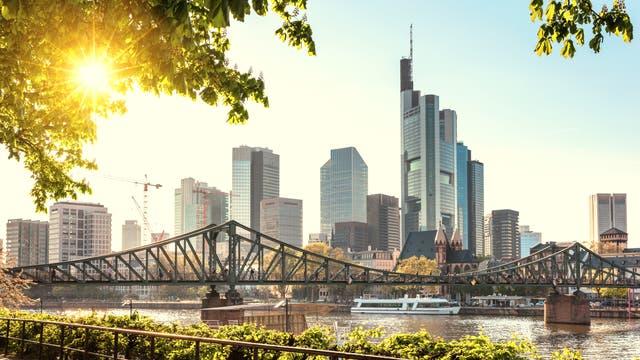 Skyline von Frankfurt über den Main nach Nordwesten fotografiert.