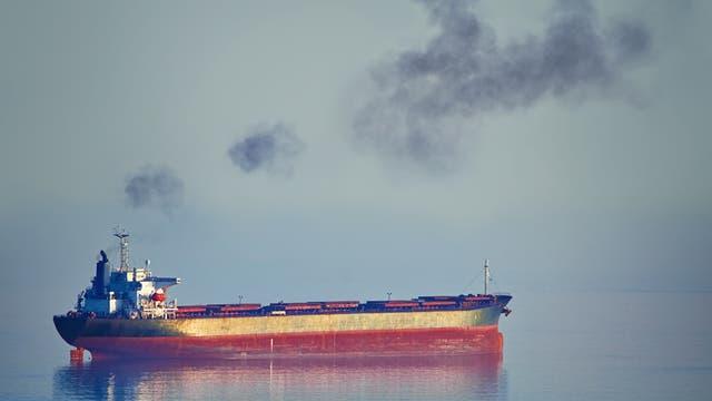 Frachtschiff qualmt