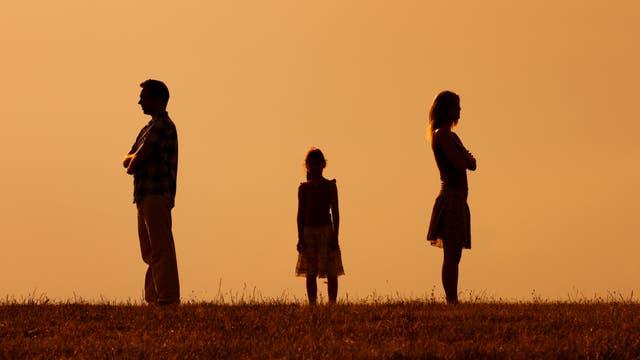 Eltern trennen sich, Kind steht in der Mitte