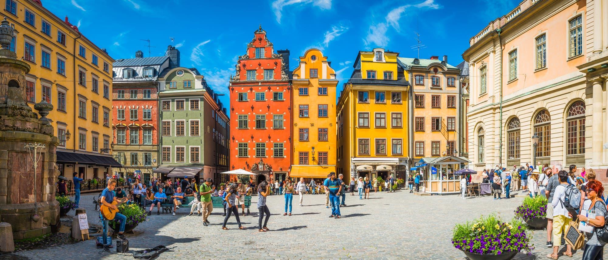 Menschen spazieren durch Stockholm.