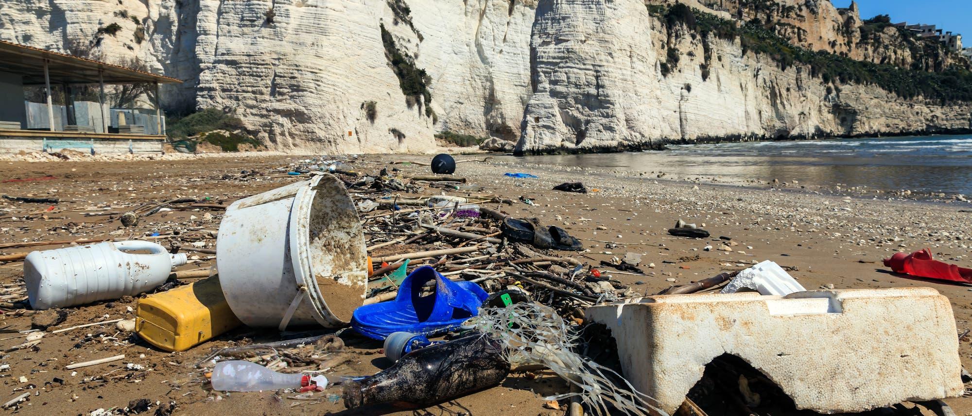 Plastikabfälle an einem Mittelmeerstrand