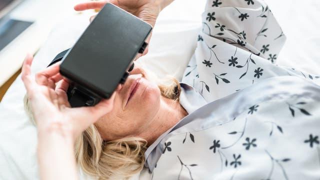 Ein Mann trägt lächelnd eine Virtual Reality Brille.