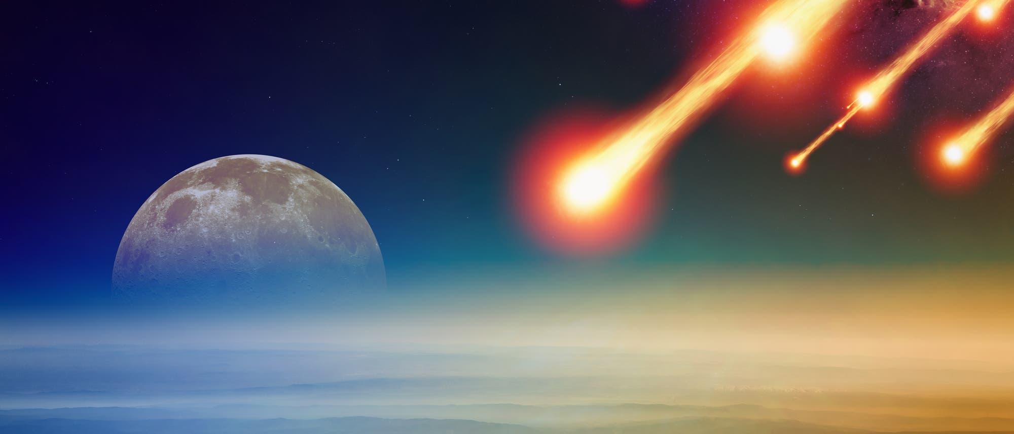 Mehrere Feuerkugeln hoch über einer Küste mit einem minimal zu großen Mond im Hintergrund. Eigentlich soll das ein Asteroideneinschlag sein, aber tatsächlich sieht das eher nach einem kontrollierten De-orbiting aus. Mit der kleinen Feinheit, dass das eigentlich nicht über Land passieren sollte.
