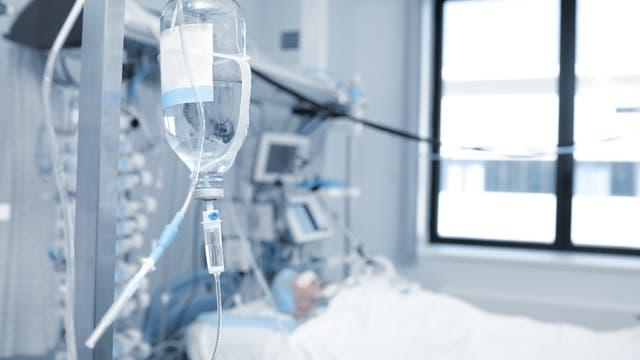 Ein Komapatient liegt im Krankenbett.