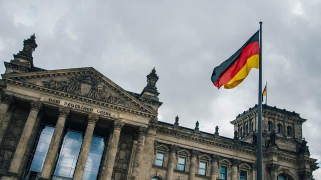 Dunkle Wolken über dem Berliner Reichstag