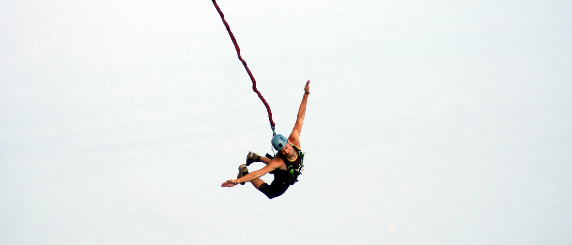 Fallschirmspringer in der Luft