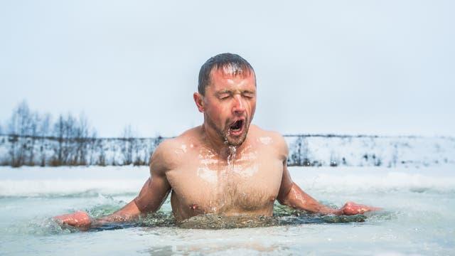 Erfrischendes Bad im Eisloch
