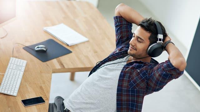 Musik hören, Pause machen: Selbstbestimmtes Arbeiten hat Vorzüge, aber auch eine Schattenseite