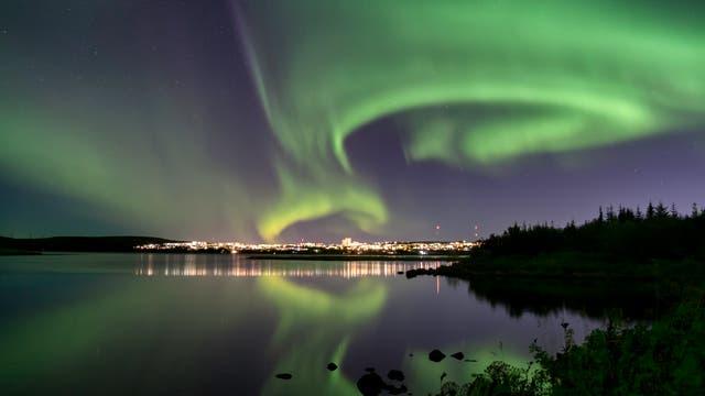 Polarlicht über dem Eillidavatn in der Nähe von Reykjavik in Island.