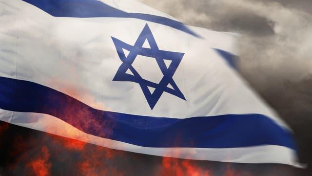 Eine israelische Flagge in Rauch und Flammen