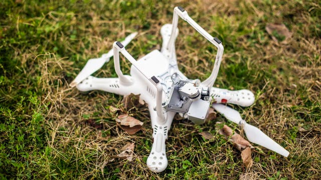 Drohne am Boden, zerstört