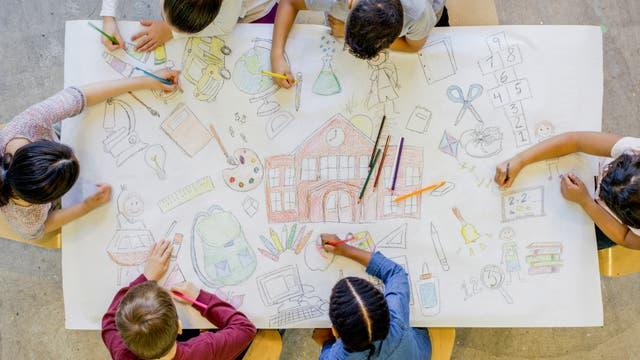 Gemeinsames Malen in der Grundschule