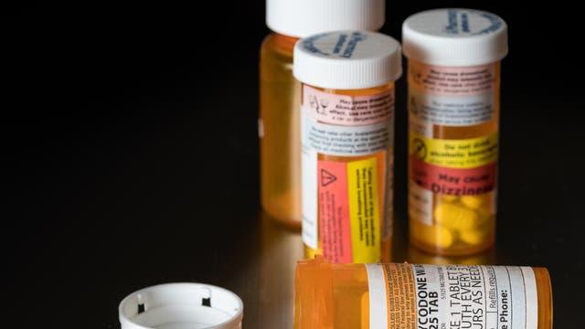 Mehrere Medikamentengläser mit dem Opiat Oxycodon.