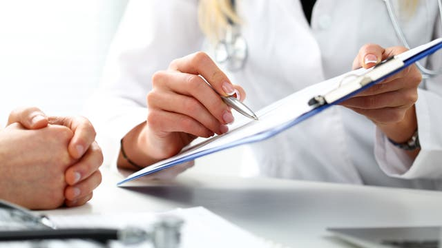 Ärztin und Patient im Gespräch