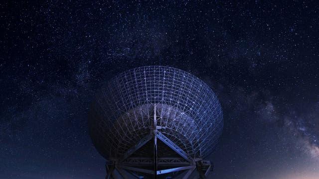 Die Initiative »Breakthrough Listen« kauft Beobachtungszeit für Radioteleskope auf der ganzen Welt, um den Himmel nach Beweisen für außerirdische Zivilisationen zu durchsuchen.