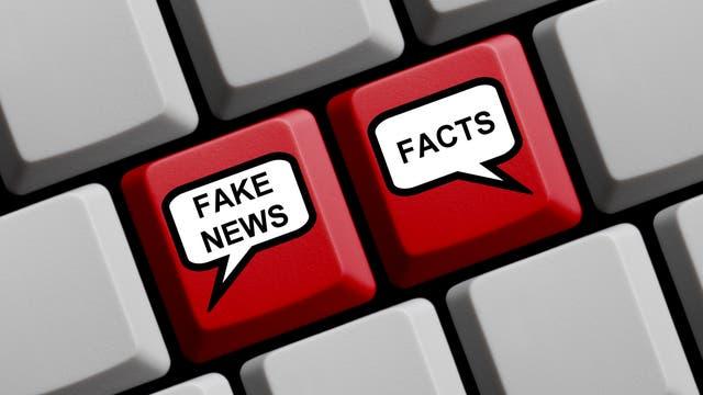 Auf einer Tastatur sind zwei besonders markierte Tasten: Eine für die Wahrheit und eine für Fake News.