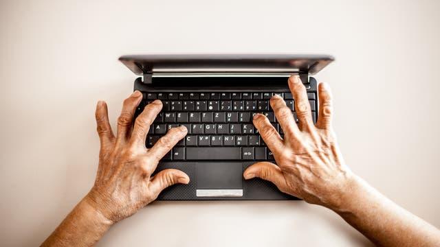 Oma nutzt einen Computer