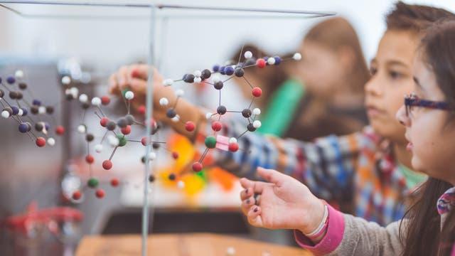 Grundschülern mit selbst gebauten großen Molekülen