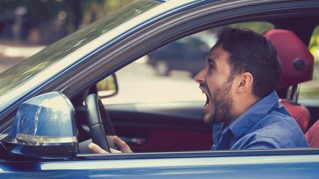 Autofahrer schreit entnervt