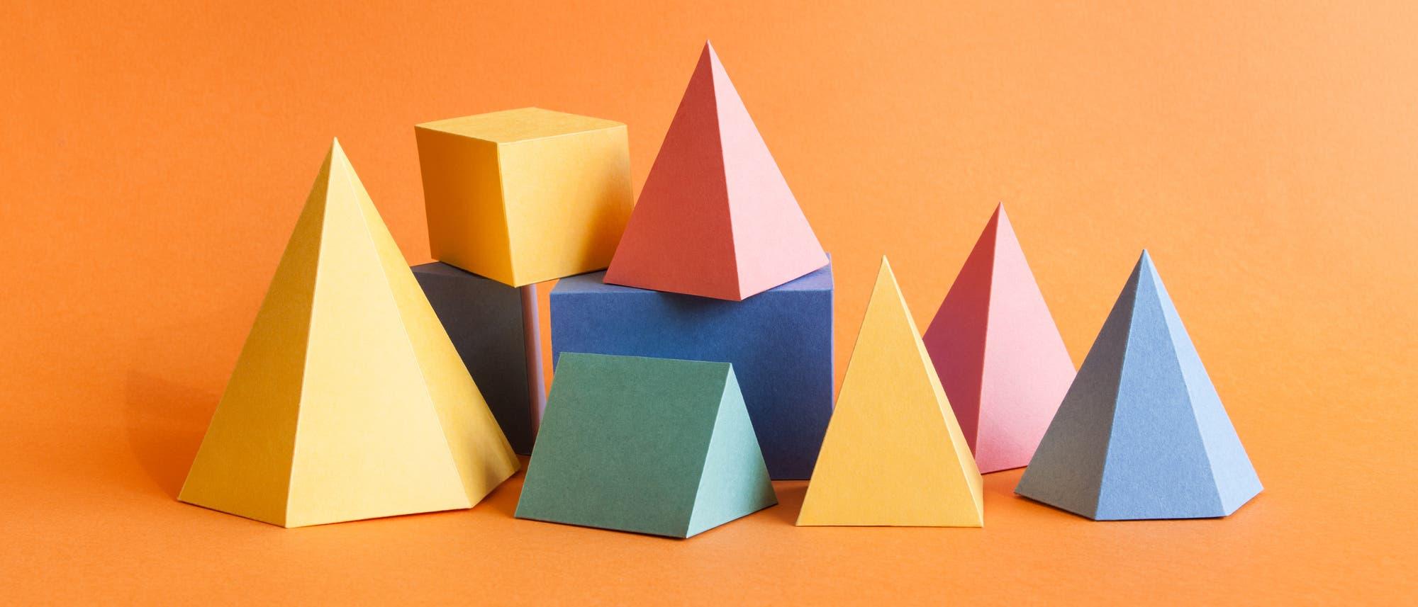 Bunte Geometrische Körper aus Papier gefaltet