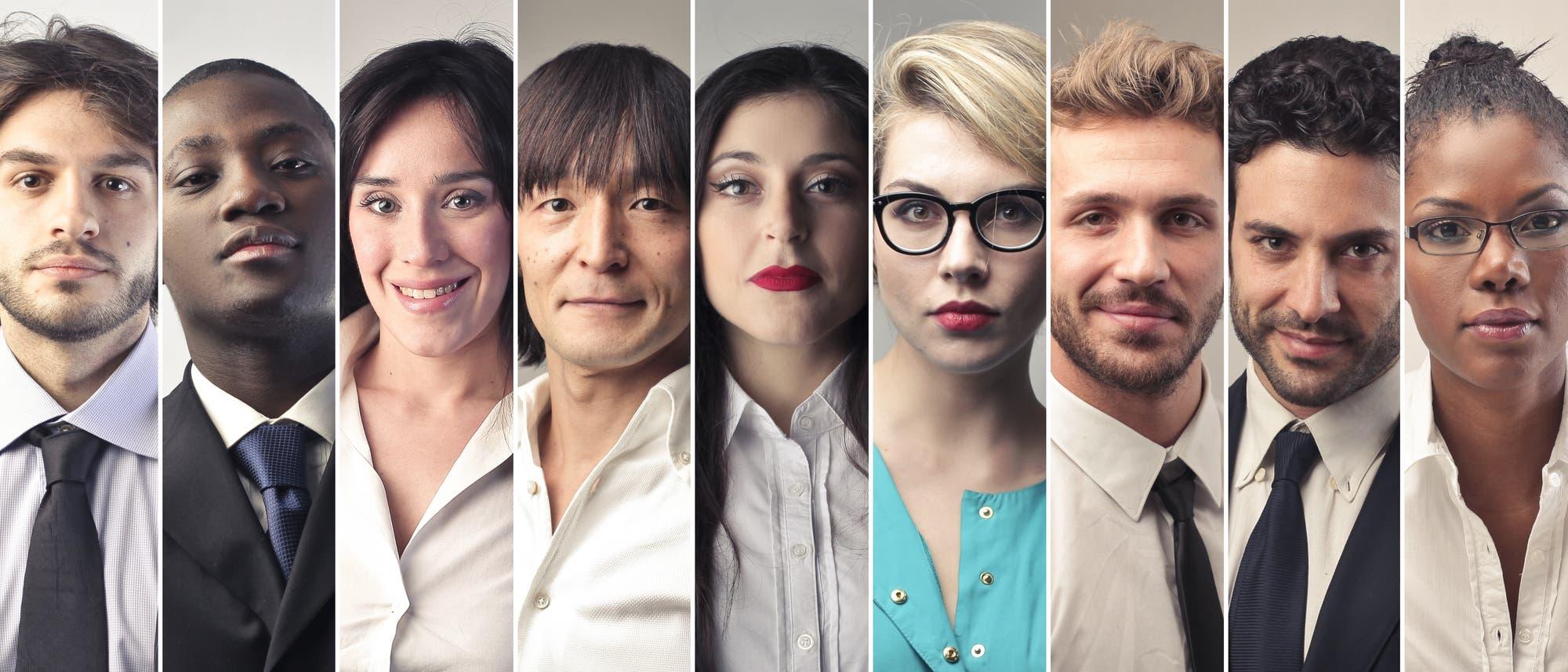 Menschen unterschiedlicher Herkunft und Hautfarbe