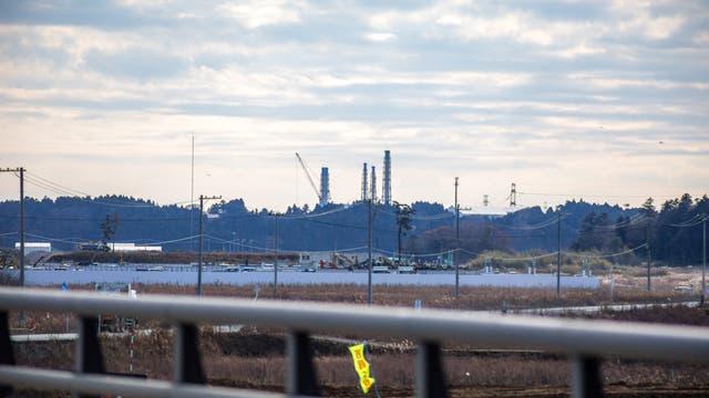 Das zerstörte Atomkraftwerk Fukushima Daiichi von der etwa fünf Kilometer entfernten Stadt Namie aus gesehen.