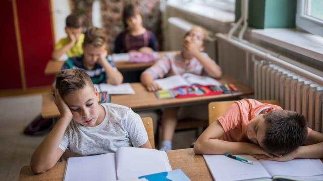 Im Unterricht schlafende Schüler