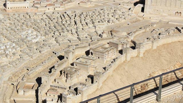 Von unten links in diesem Modell des antiken Jerusalem führt die Stufenstraße hinauf zum Tempelberg oben rechts.