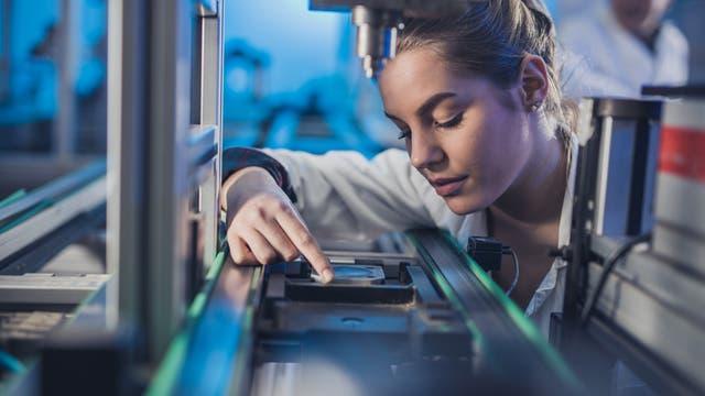 Eine junge Forscherin arbeitet in einem Labor.