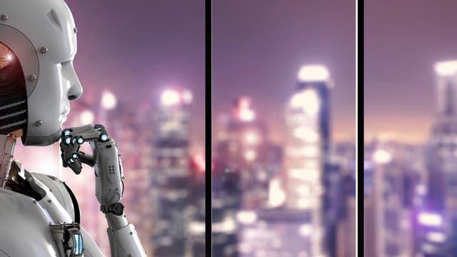 Ein Androide blickt nachdenklich auf eine beleuchtete Skyline hinaus.
