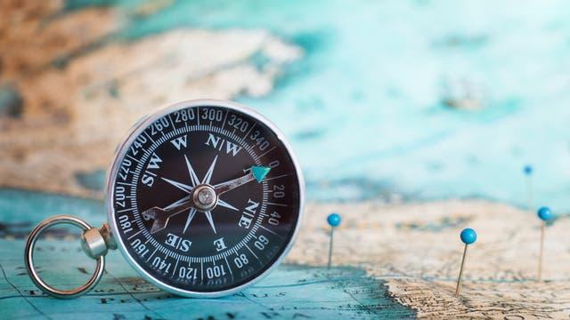 Ein Kompass in Großaufnahme auf einer Landkarte