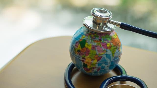 Erde mit Stethoskop
