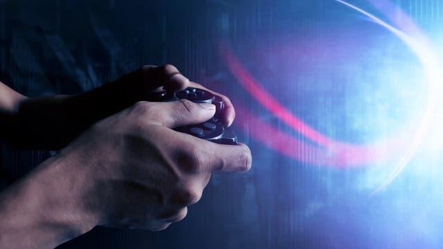 Hände, die einen Controller halten