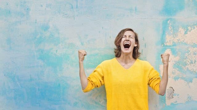 Eine Frau jubelt enthusiastisch