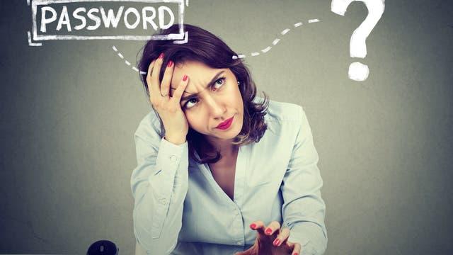 Frau am Computer versucht verzweifelt, sich an ein Passwort zu erinnern