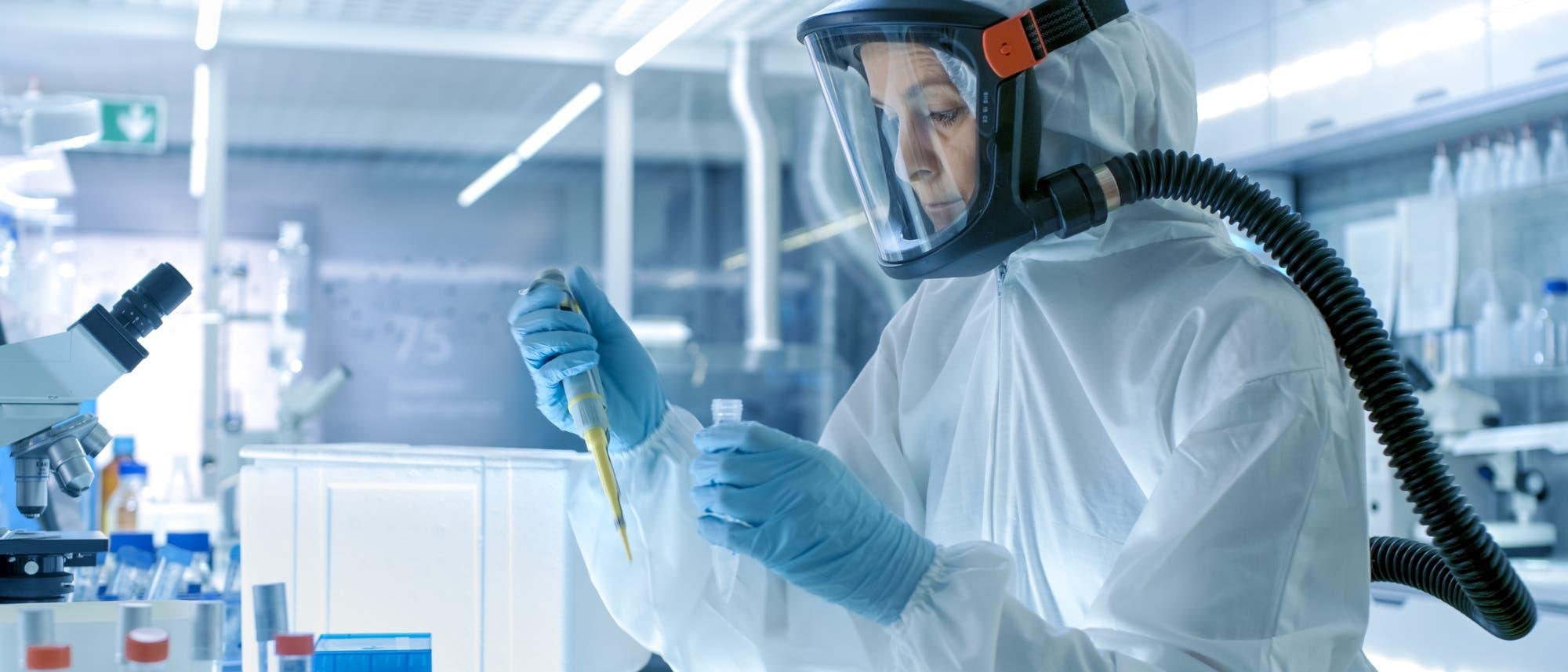 Eine Frau mit Schutzausrüstung im Labor