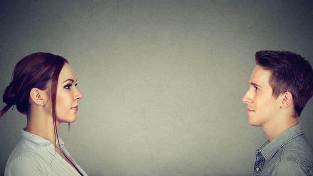 Frau und Mann im Profil, schauen einander an.