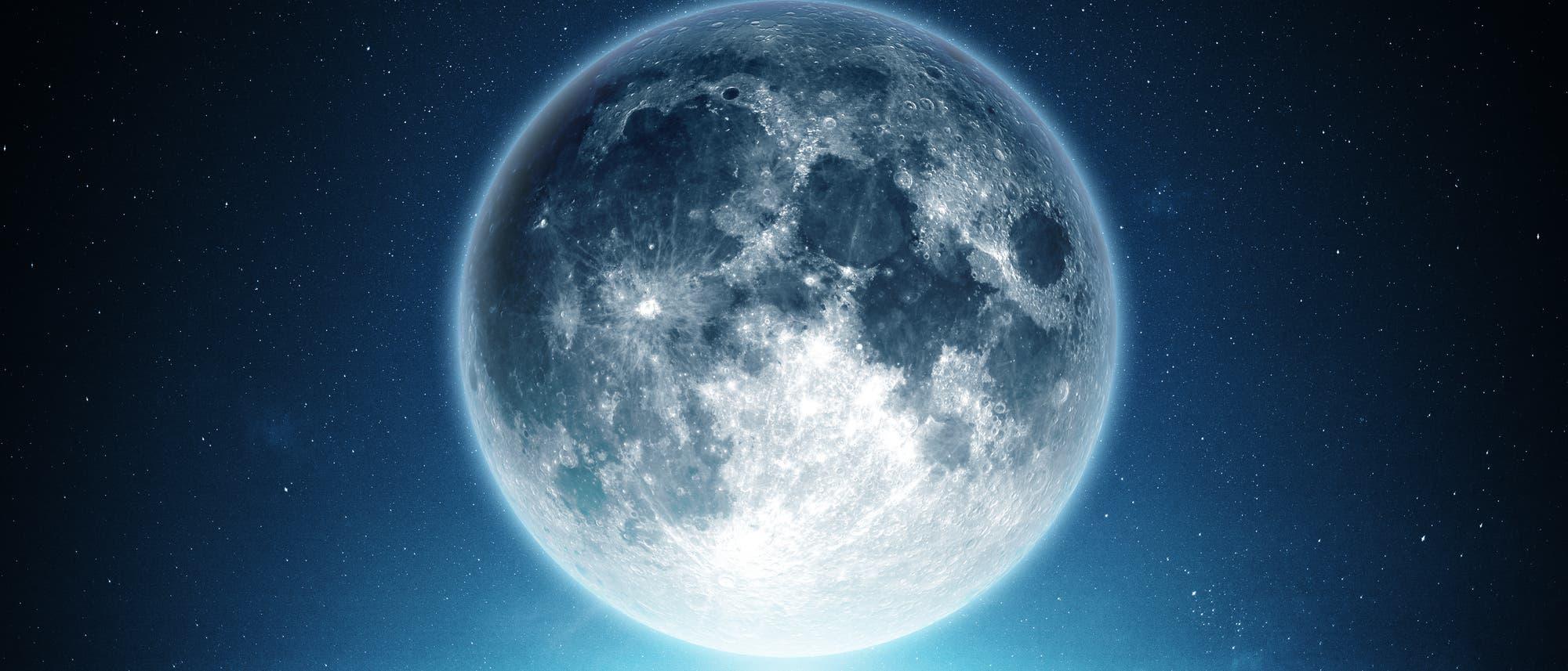 Der Mond über einem Berggipfel. Ich bezweifle, dass das Bild echt ist.