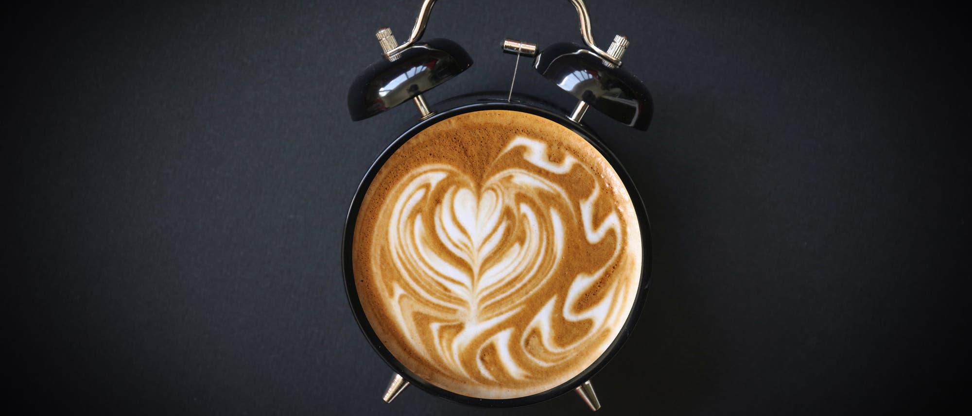Milchkaffee als Wecker