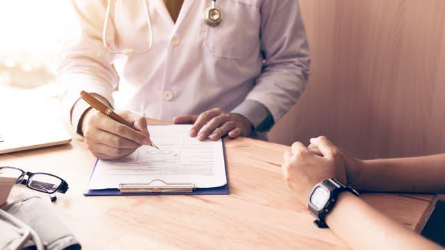Mediziner im Gespräch mit einem Patienten
