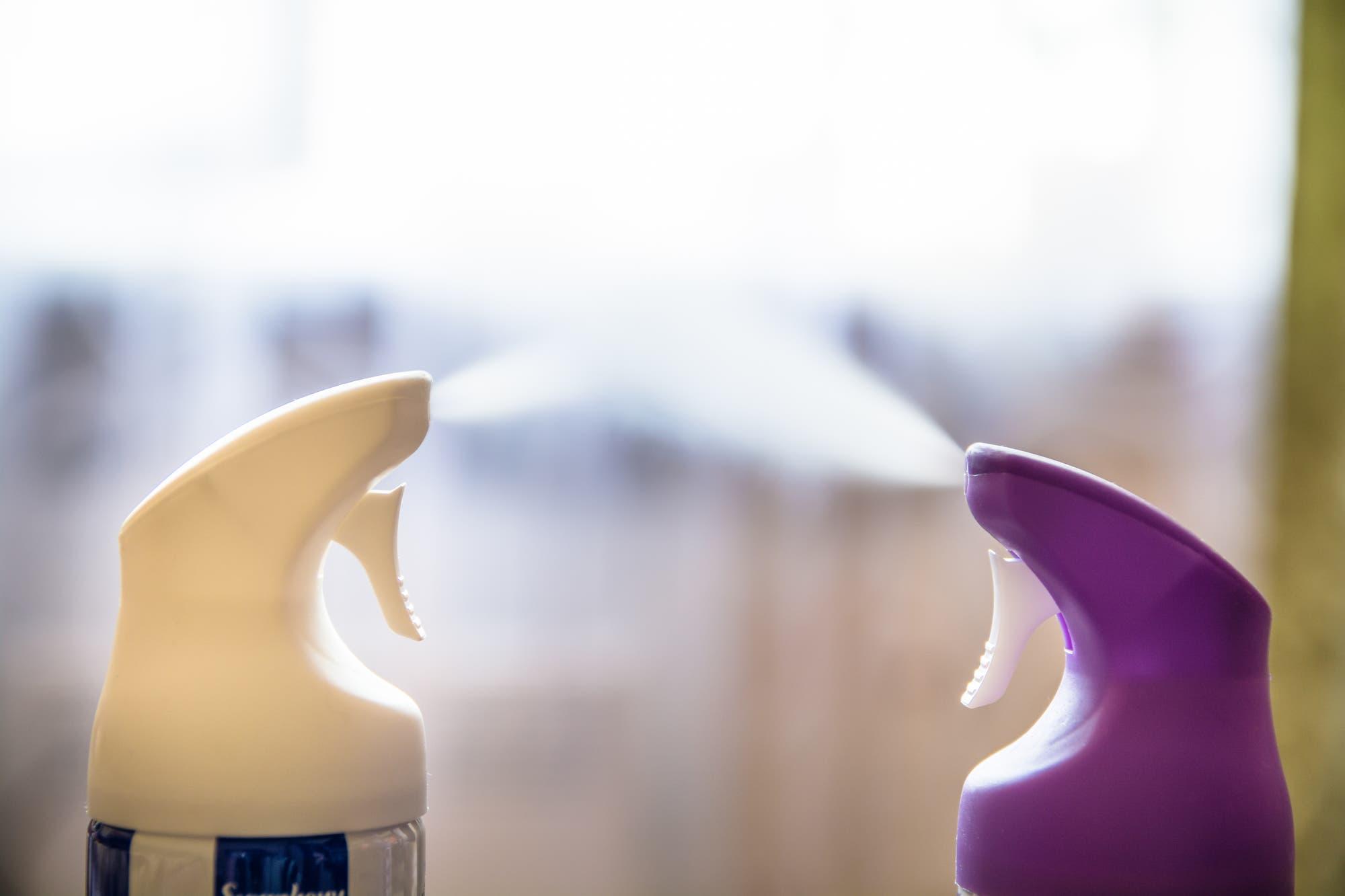 Zwei Behälter, die sicherlich nicht das rutschige Toilettenspray enthalten