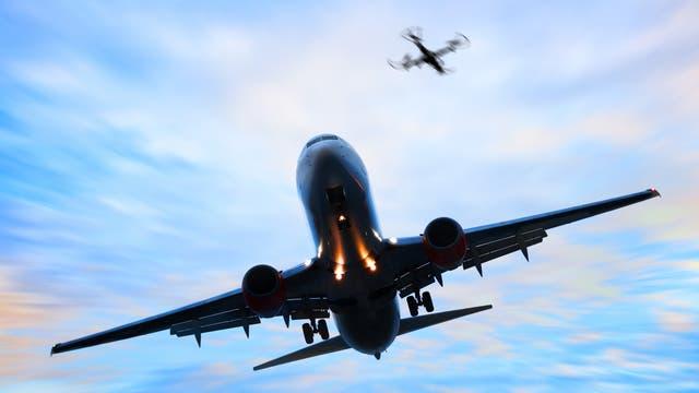 Drohne und landendes Flugzeug