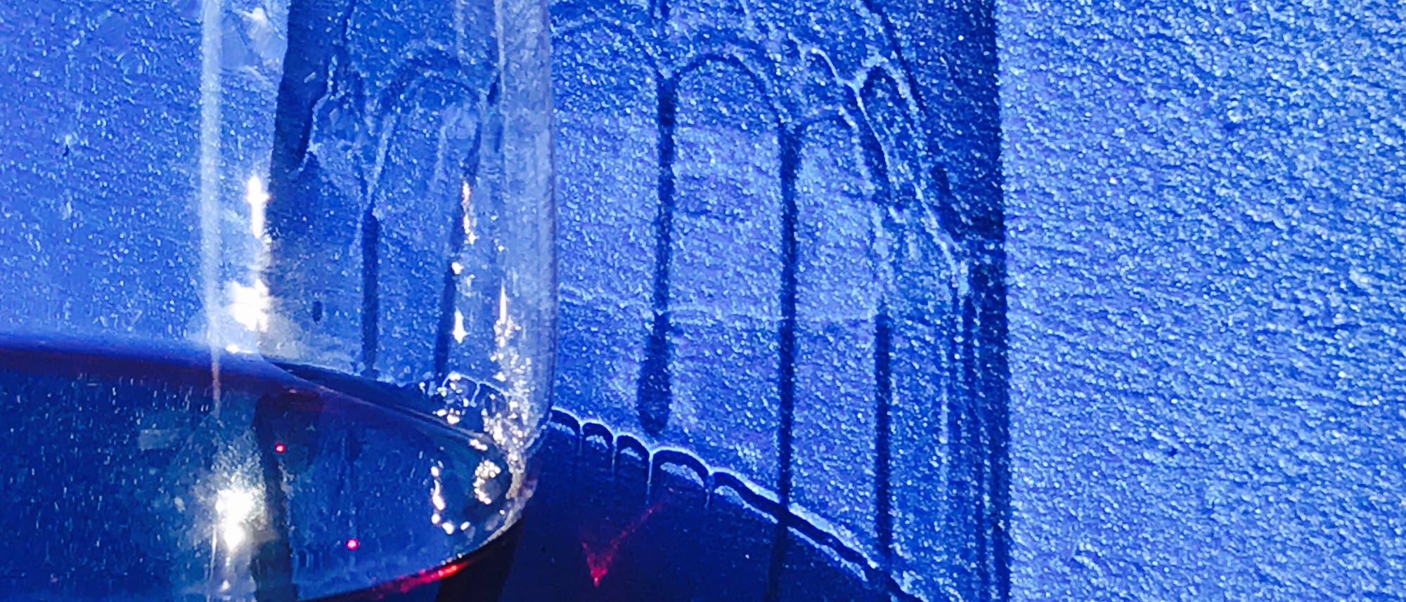 Schatten der Weintränen uf blauem Hintergrund.