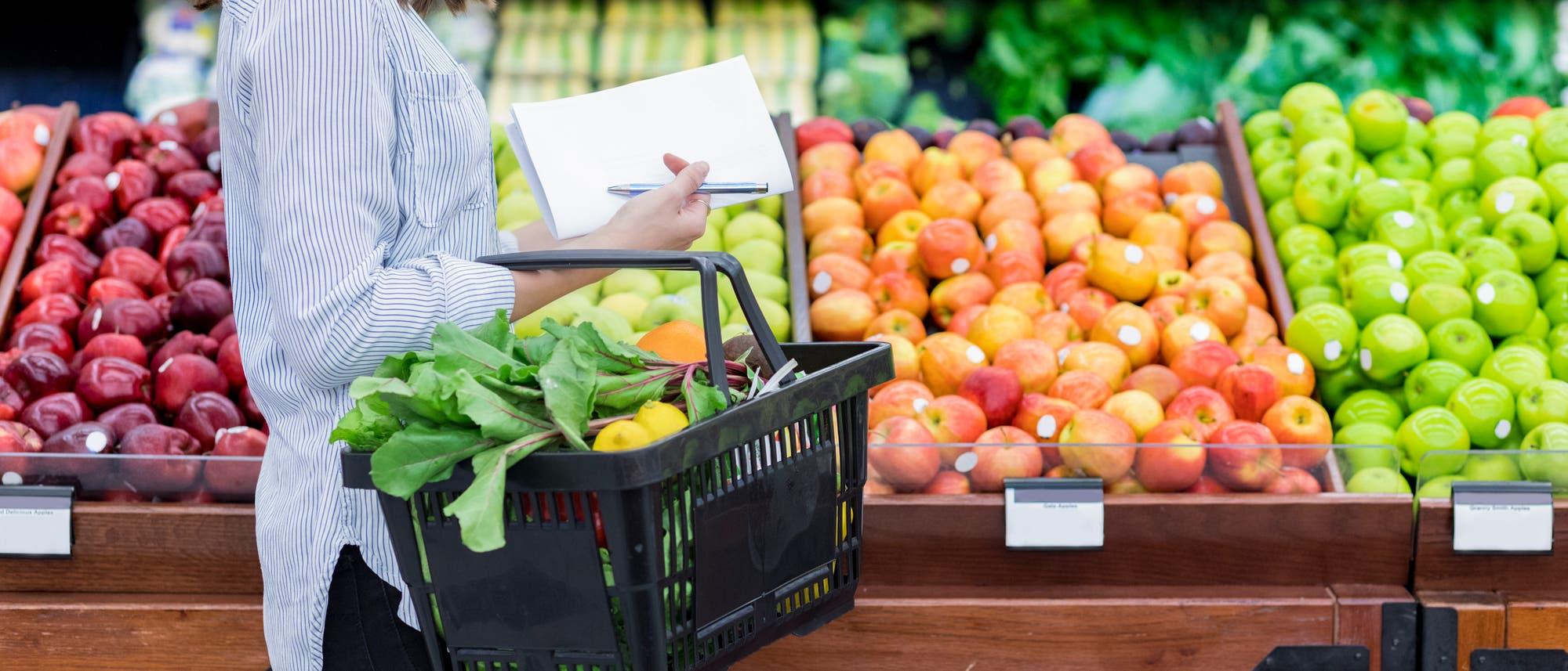 Frau im Supermarkt vor dem Obstregal