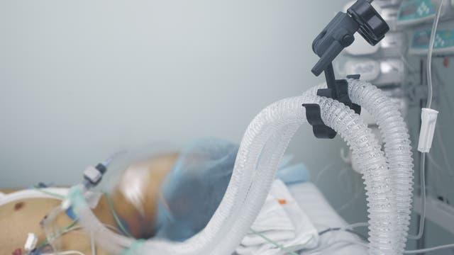 Mechanische Beatmung zur Lebenserhaltung eines Patienten im Krankenhaus