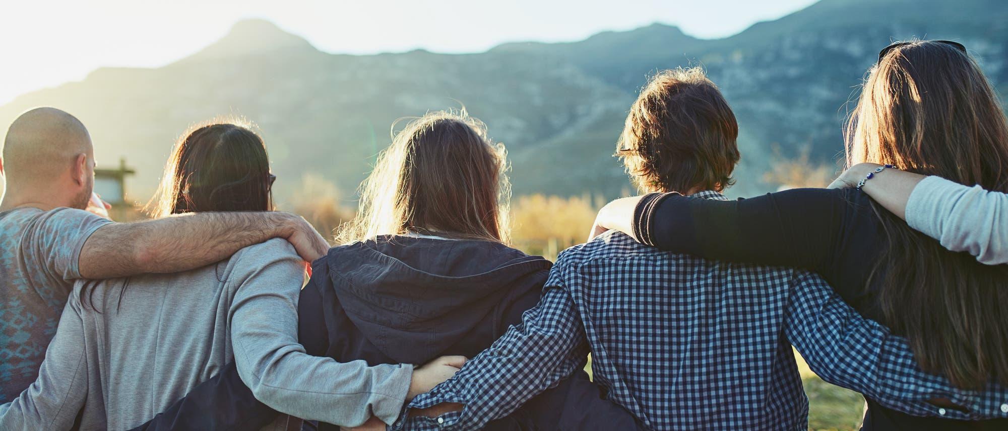 Eine Gruppe Freunde Arm in Arm