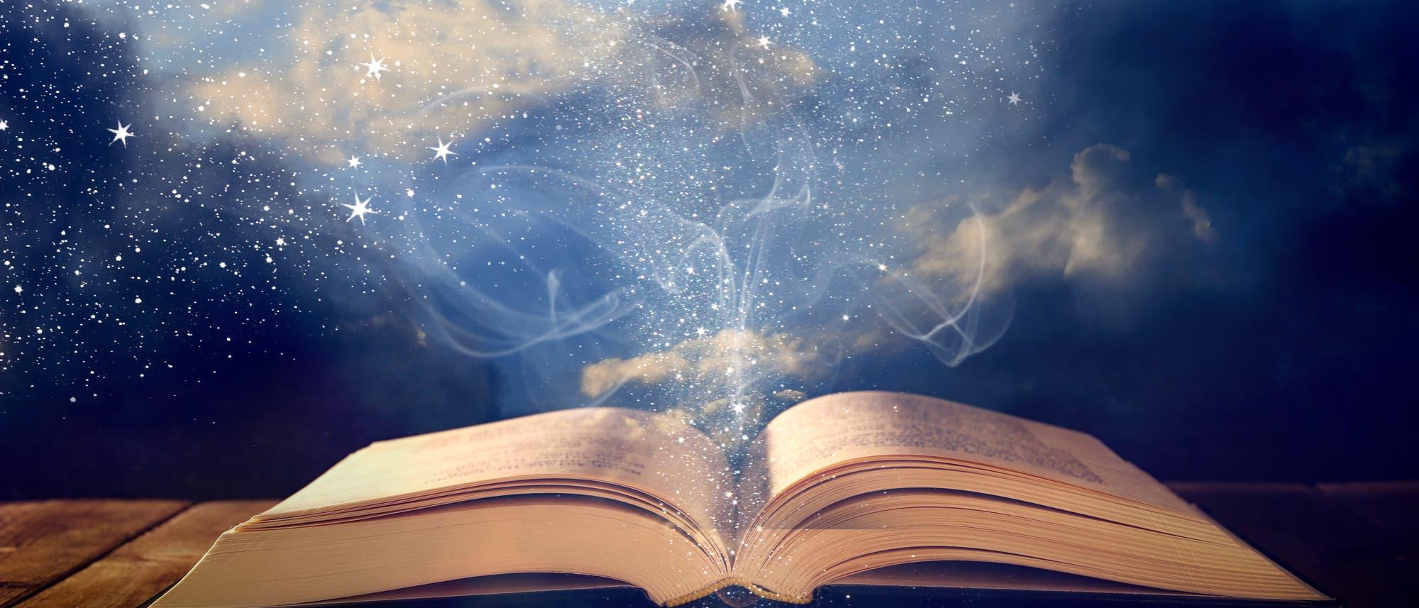 Aufgeschlagenes Buch mit leuchtenden Seiten